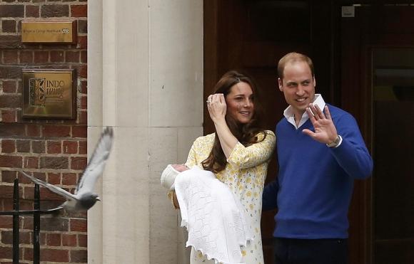 Catalina y Guillermo presentan a su hija. Foto: Reuters