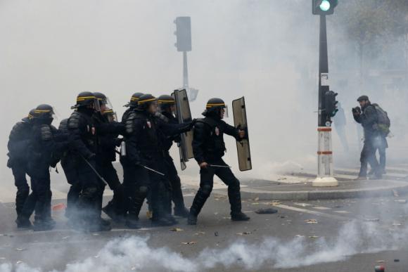 Incidentes entre policía y manifestantes en las calles de París. Foto: AFP
