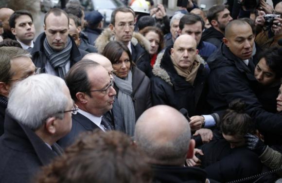 El Presidente Hollande habla a la prensa enfrente al semanario. Foto: AFP