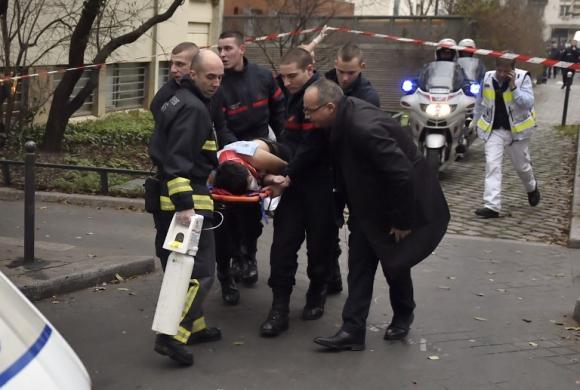 Una de las victimas es evacuada. Foto: AFP