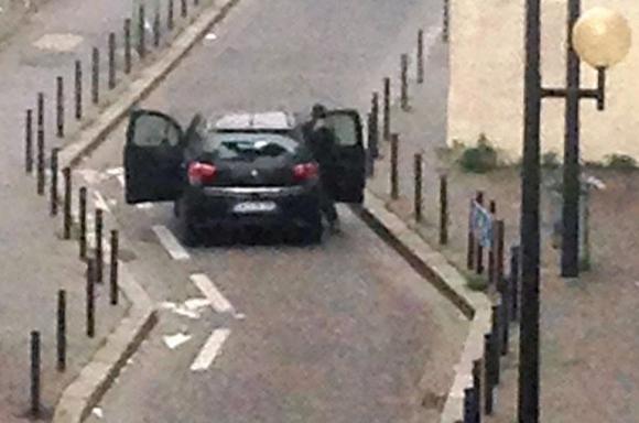 Los hombres armados fueron vistos cerca del semanario. Foto: AFP