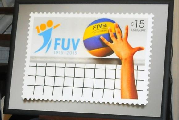 Sello de los 100 años de la Federación Uruguaya de Vóleibol.