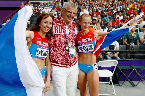 Las atletas rusas Mariya Savinova (i) y Ekaterina Poistogova, junto a su entrenador, Vladimir Kazarin, mientras celebran sun primer y tercer puesto, respectivamente, tras la final femenina de los 800m en Los Juegos Olímpicos de Londres 2012, Reino Unido. Foto: EFE