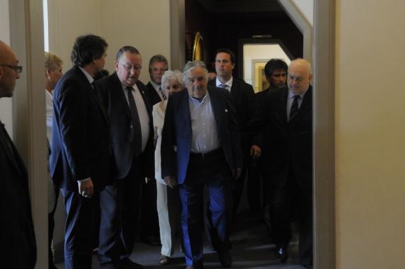 El presidente José Mujica llegando a la sala donde se colgaría su retrato. Foto: Leonardo Carreño