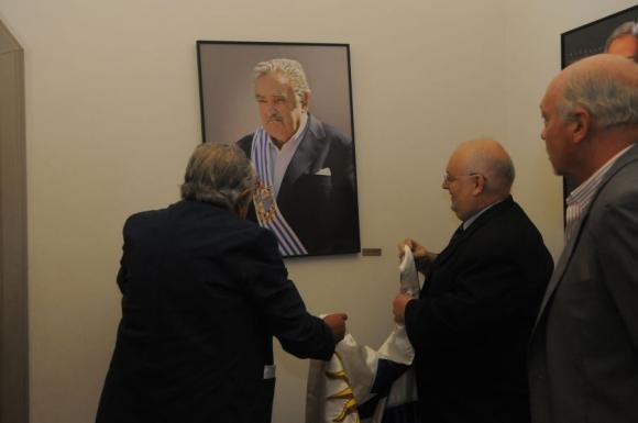 José Mujica junto a su retrato. Foto: Leonardo Carreño.