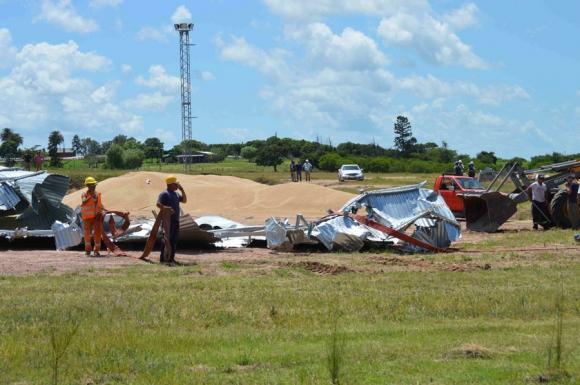Dos operarios atrapados bajo toneladas de granos. Foto: Daniel Rojas