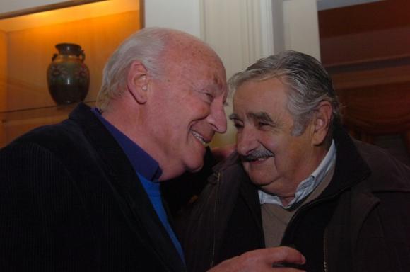 Eduardo Galeano y José Mujica durante el homenaje al escritor en la casa del embajador argentino en 2009. Foto: Archivo de El País.