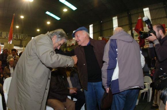 José Mujica y Eduardo Galeano en un acto del Pit Cnt por el 1° de mayo en 2011. Foto: Archivo de El País