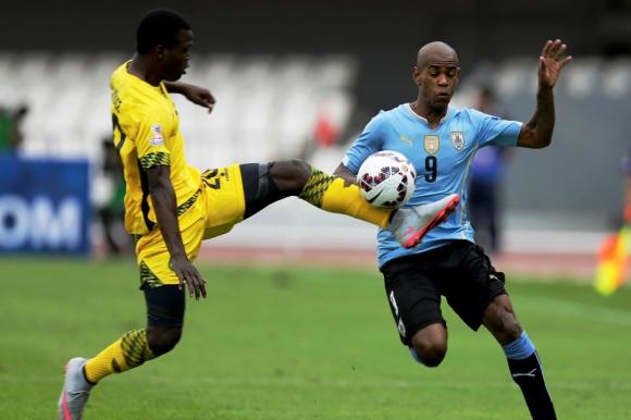 Diego Rolan en acción ante Jamaica. Foto: Reuters