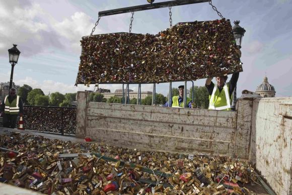 Retiran los candados del amor. Foto: Reuters