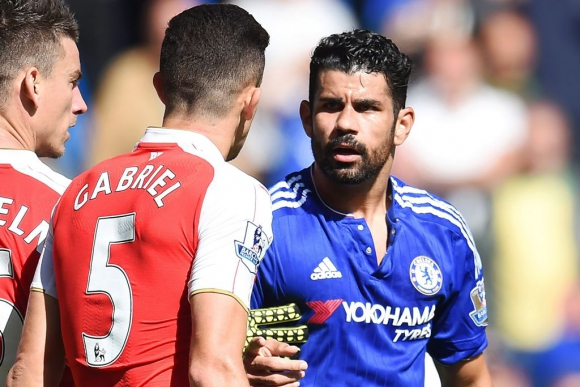 Diego Costa y Gabriel Paulista en Chelsea-Arsenal. Foto: EFE