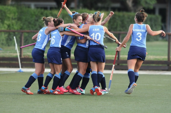Bien celeste. Las jugadoras de Uruguay celebran la victoria ante Kenia. Foto: Agustín Martínez