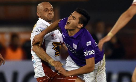 """Golpes. """"Maxi"""" Gómez tuvo un duelo aparte con Mancinelli."""
