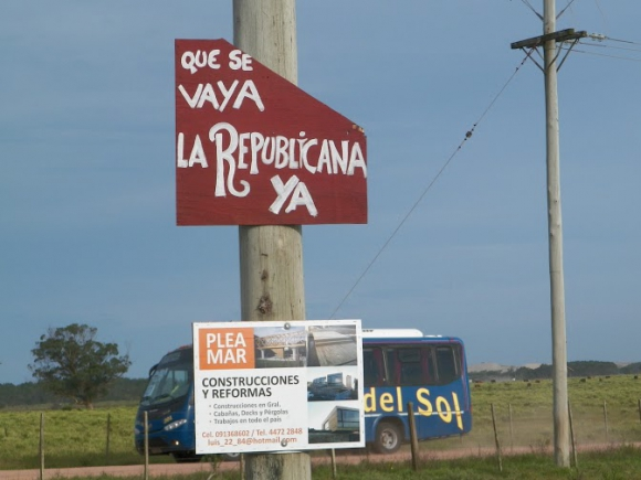 Carteles contra la Guardia Republicana en Valizas y Aguas Dulces. Foto: Eduardo González