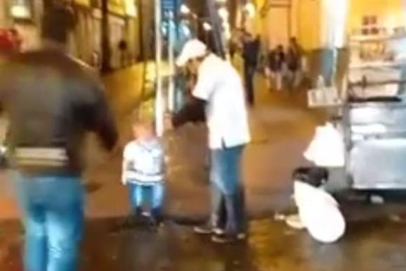 Un hombre con enanismo ataca a comerciantes callejeros en Colombia.