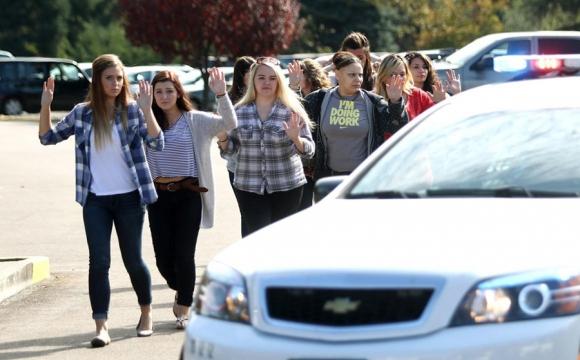 Estudiantes, profesores y personal son retirados del campus tras el atentado. <br>Foto: AFP