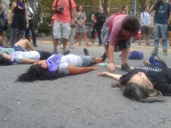 Intervención colectivo Mujeres de negro por Avenida 18 de Julio.