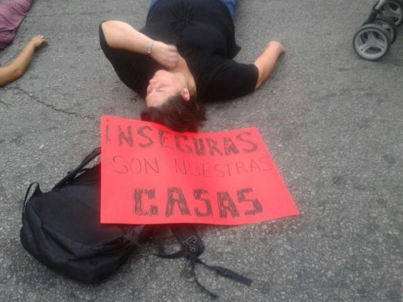 Intervención colectivo Mujeres de negro por Avenida 18 de Julio. Foto: Alejandra Pintos