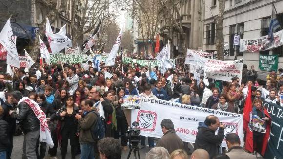 Gremios de la educación se movilizan en la puerta del MEF. Foto:El País