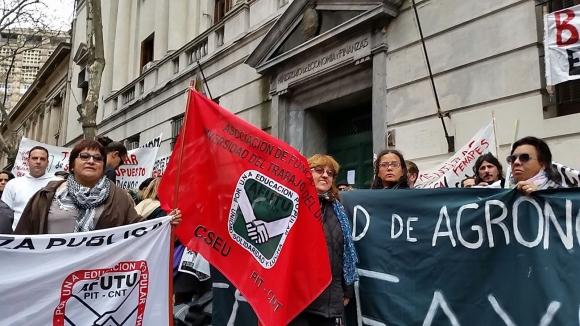 Gremios de la educación se movilizan en la puerta del MEF. Foto: Ariel Colmegna