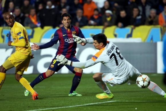 Primer gol de Suárez con Barcelona, ante el APOEL. Foto: Archivo El País.