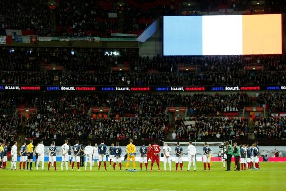 Wembley homenajeó a las víctimas de los atentados antes de Inglaterra-Francia. Foto: Reuters.