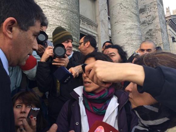Sendic y los maestros discuten frente al Palacio Legislativo. Foto: Diego Píriz