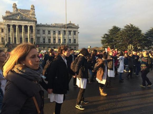 Protesta de maestros en el Palacio Legislativo. Foto: Diego Píriz
