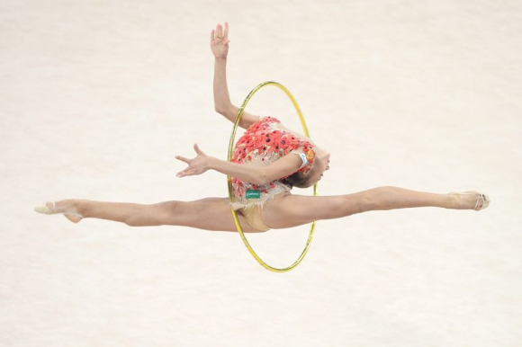 La rusa Alexandra Soldatova en acción durante la competencia individual con aro en el Campeonato Mundial de Gimnasia Rítmica en el Porsche Arena en Stuttgart (Alemania). Foto: Agencia EFE