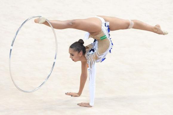 La gimnasta rusa Margarita Mamun en acción durante su presentación individual con aro en el Campeonato Mundial de Gimnasia Rítmica en el Porsche Arena en Stuttgart (Alemania). Foto: Agencia EFE