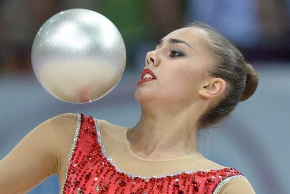 La gimnasta rusa Margarita Mamun en acción durante la competencia individual con balón en el Campeonato Mundial de Gimnasia Rítmica en el Porsche Arena en Stuttgart (Alemania). Foto: Agencia EFE