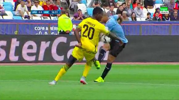 Penal que no sancionó el árbitro en Uruguay-Jamaica. Foto: @casadelfutbol