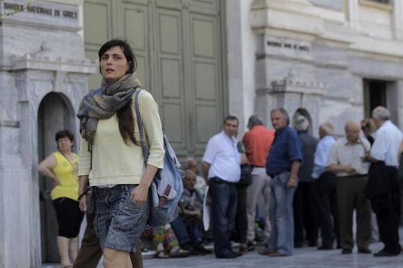 colas en cajeros de Grecia en el primer día de corralito. Foto: Efe