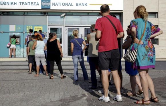 Griegos pudieron comprobar que los cajeros automáticos ayer ya no tenían dinero. Foto: Reuters.