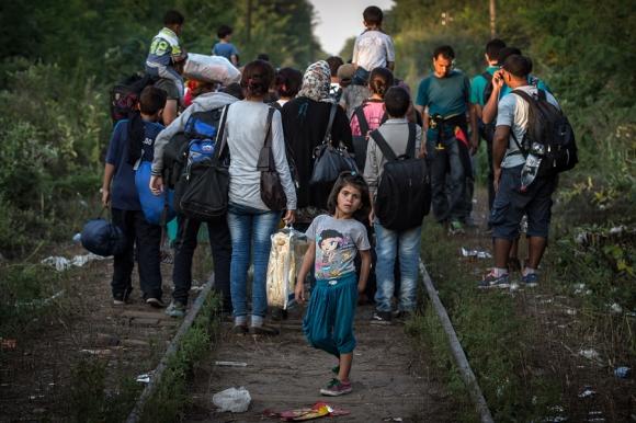 Un puñado de inmigrantes en una vía férrea de Hungría. Foto. AFP