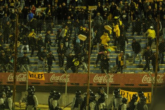 Incidentes entre la Policía e hinchas de Peñarol. Foto: Gerardo Pérez