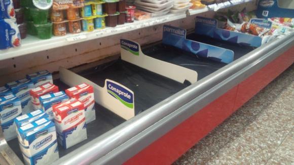 Sin leche en comercios del centro de Montevideo por conflicto de Ecolat. Foto: María Eugenia Lima.