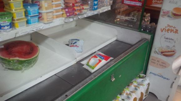Sin leche en comercios del centro por conflicto de Ecolat. Foto: María Eugenia Lima.