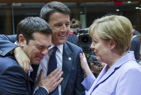 El primer ministro italiano y su homólogo griego bromean con Merkel. Foto. Reuters