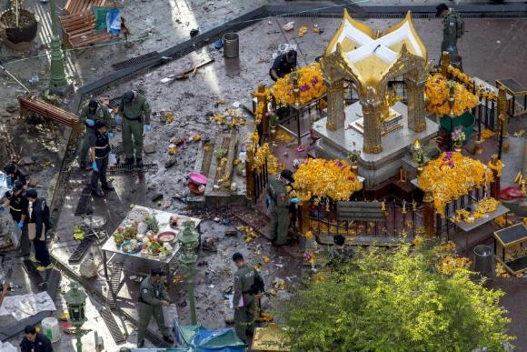 Policía tailandesa y Ejército buscan pistas en la escena del crimen. Foto: Reuters.