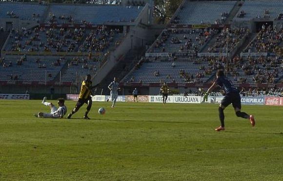 Falta a Zalayeta Peñarol Wanderers Foto: A. Colmegna