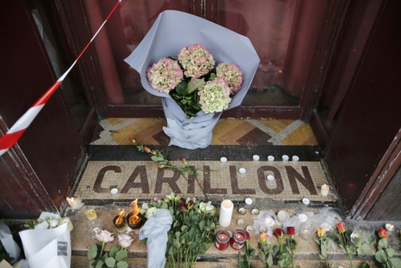 Flores en la puerta del restaurante Le Carrillon. Foto: Reuters.