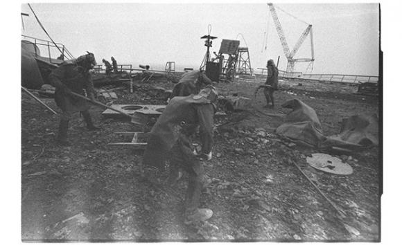Liquidadores limpian escombros en el techo de la central nuclear de Chernóbil. Las trazas blancas en la base de la foto son producto de la intensa radiación. Abril, 1986.