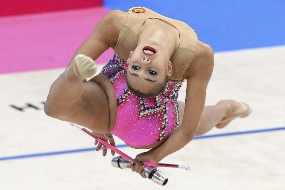 La rusa Margarita Mamun realiza su ejercicio durante la clasificación individual de clubes en los Mundiales de Gimnasia Rítmica en Stuttgart . Foto: Agencia EFE