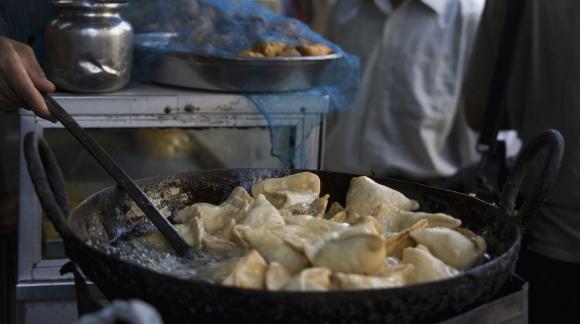 Mumbai, India; el plato tradicional en las calles son las samosas, empanadas típicas en la cocina asiática. (Foto: El Comercio/GDA)