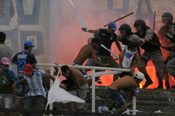 Incidentes entre hinchas de Cerro y la Policía. Foto: Ariel Colmegna