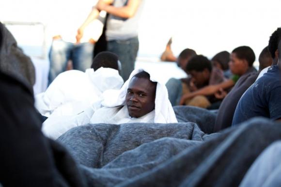 Todos los rescatados recibieron alimentos, agua y artículos de primera necesidad a bordo del MY Phoenix. Foto: Médicos sin fronteras