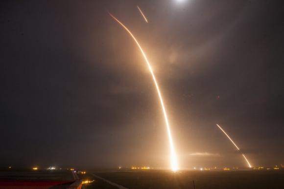 Cohete de SpaceX retorna a la Tierra. Foto: Efe