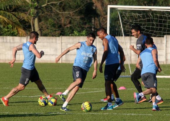 La selección uruguaya entrenando en Bolivia. Foto: EFE