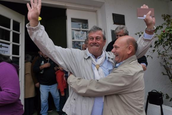 Enrique Antía celebra luego de su votación. Foto: Ricardo Figueredo.
